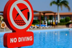 no diving sign at the pool